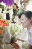 看在花店的两名成熟妇女花 库存照片