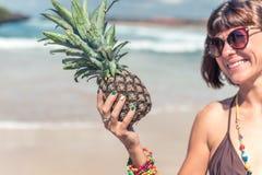 看在菠萝和微笑的热带夏天妇女 户外,海洋,自然 巴厘岛天堂 免版税图库摄影