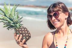看在菠萝和微笑的热带夏天妇女 户外,海洋,自然 巴厘岛天堂 免版税库存图片