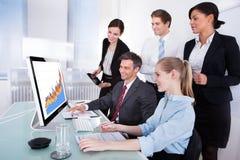 看在计算机上的买卖人图表 免版税库存照片