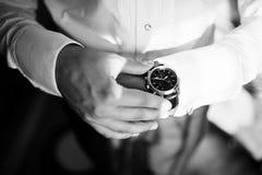 看在豪华手表的人 新郎汇聚在婚礼之日 免版税库存图片