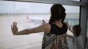 看在跑道的两个姐妹窗口机场 股票录像