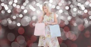 看在迷离背景的妇女购物袋 免版税库存图片