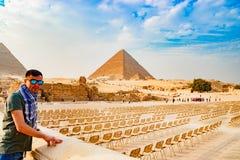 看在金字塔附近的椅子在开罗,埃及 免版税图库摄影