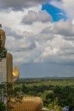 看在金黄Buddah雕象肩膀Dambulla, Sri L 库存图片