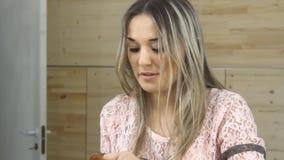 看在镜子和应用化妆用品的女孩 股票录像