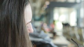 看在镜子和改正她的头发的少妇 护发关闭 影视素材