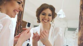 看在镜子和检查她构成微笑的秀丽式样十几岁的女孩 股票录像