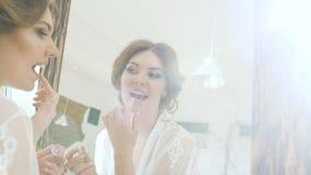 看在镜子和检查她构成微笑的秀丽式样十几岁的女孩 股票视频