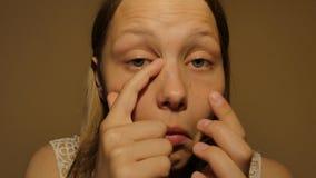 看在镜子和检查她的眼睛的秀丽式样十几岁的女孩 4k UHD 影视素材