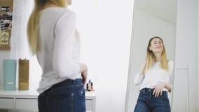 看在镜子的俏丽的妇女,审查她的反射 股票视频