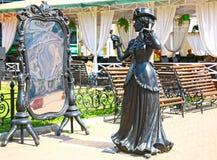 看在镜子的美丽的妇女雕塑 库存图片