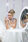 看在镜子的美丽的新娘 图库摄影