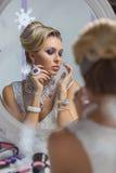 看在镜子的美丽的新娘 免版税库存照片