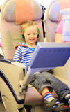 看在飞行中电视的小男孩 图库摄影