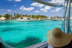 看在巴哈马的小船的妇女 图库摄影