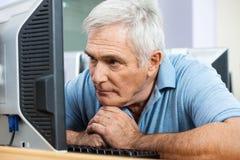 看在类的担心的老人计算机 免版税库存照片