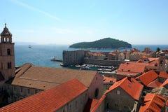 看在Dubrovnik& x27; s老镇、红色屋顶、圣巴斯弟盎教会和Lokrum海岛距离的 图库摄影