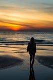 看在Pantai Tengah海滩,凌家卫岛的女孩日落 库存照片