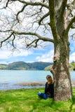 看在Sete Cidades湖入山,亚速尔,葡萄牙的女孩 免版税库存照片