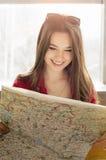 看地图和电话号码的画象妇女 她学习路线 特写镜头 库存图片