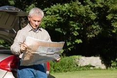 看地图的人 免版税库存图片
