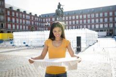 看地图的可爱的拉丁妇女 免版税库存图片