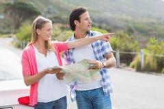 看地图的夫妇 免版税图库摄影