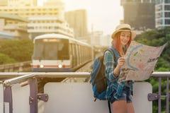 看地图的妇女西方人在城市游览时早晨, 库存照片