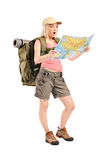 看地图的惊奇的女性远足者 库存图片