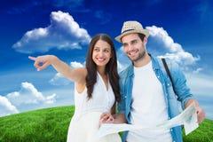 看地图的愉快的行家夫妇的综合图象 免版税库存图片