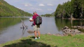 看地图的旅游人在湖旁边 股票录像