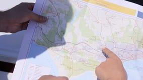 看地图的男人和妇女 影视素材