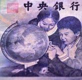 看地球的小学生 免版税库存照片
