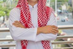 看城市的阿拉伯商人认为或企业家 免版税图库摄影