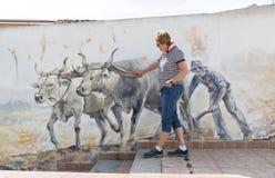 看壁画的妇女在撒丁岛的帕劳 库存照片