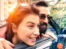 看外面从他们的cabrio的行家夫妇有乐趣toge 库存照片