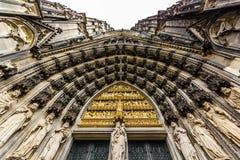 看大教堂的拱道直接  库存照片