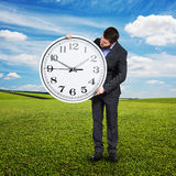 看大时钟的人室外 免版税图库摄影