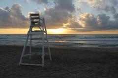 看天际的BaywatchÂ的孤零零椅子 库存照片