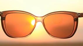 看太阳通过太阳镜 股票录像