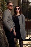 看夫妇佩带的太阳镜的时尚 免版税图库摄影