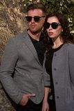看夫妇佩带的太阳镜的时尚 免版税库存图片