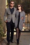 看夫妇佩带的太阳镜的时尚 免版税库存照片