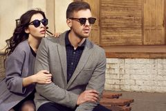 看夫妇的时尚在城市 免版税库存图片
