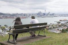 看奥克兰市和港口从Devonport的两青年人 图库摄影