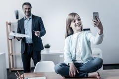 看女儿的父亲采取selfies 库存图片