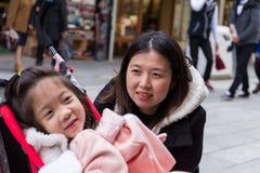 看女儿,选择聚焦的母亲 库存图片