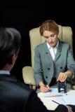 看女实业家的商人签署和盖印纸 免版税库存图片