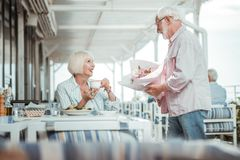 看她的丈夫的喜悦的白肤金发的妇女 库存照片